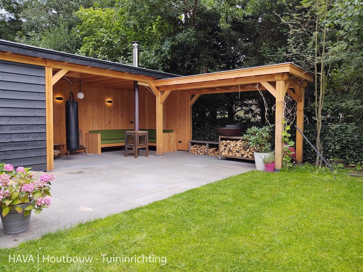 Houten-veranda-met-berging-en-overkapping