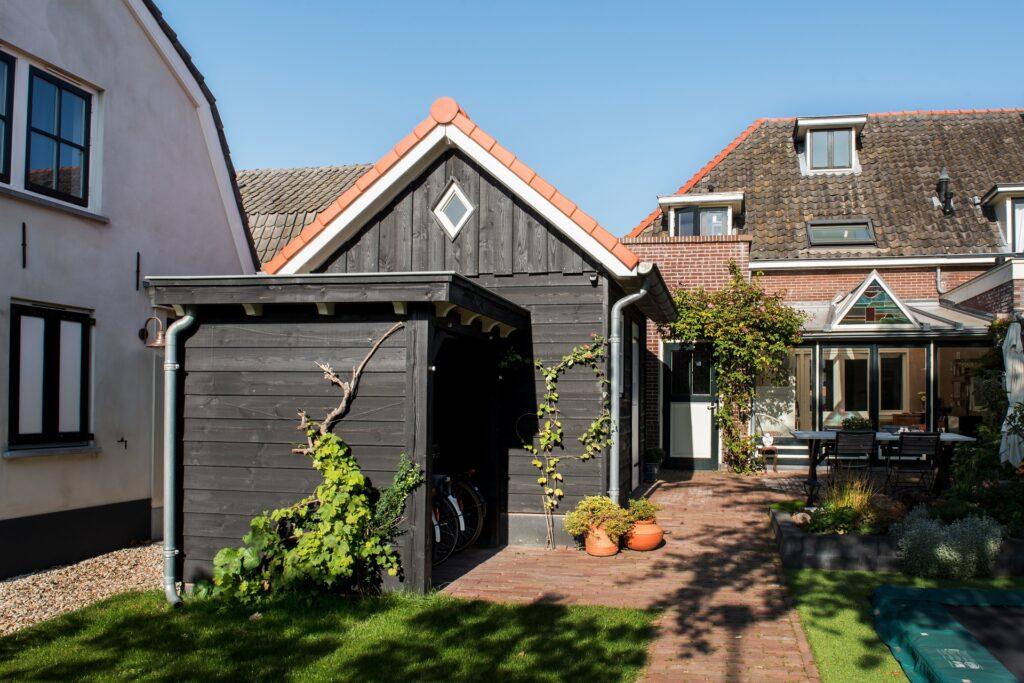 Een landelijke douglas tuinschuur met overkapping