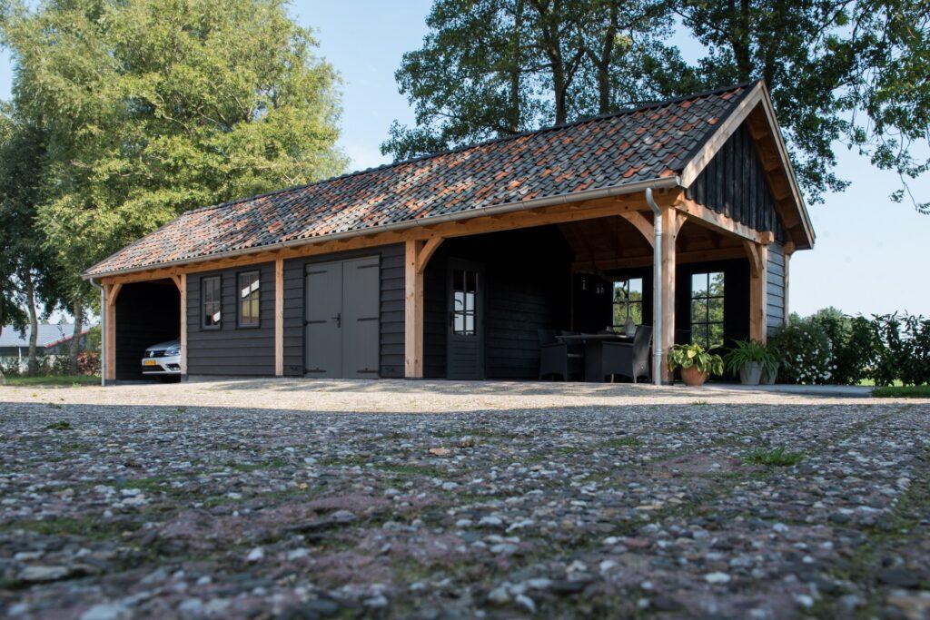 Houten schuur met overkapping carport werkplaats en zolder